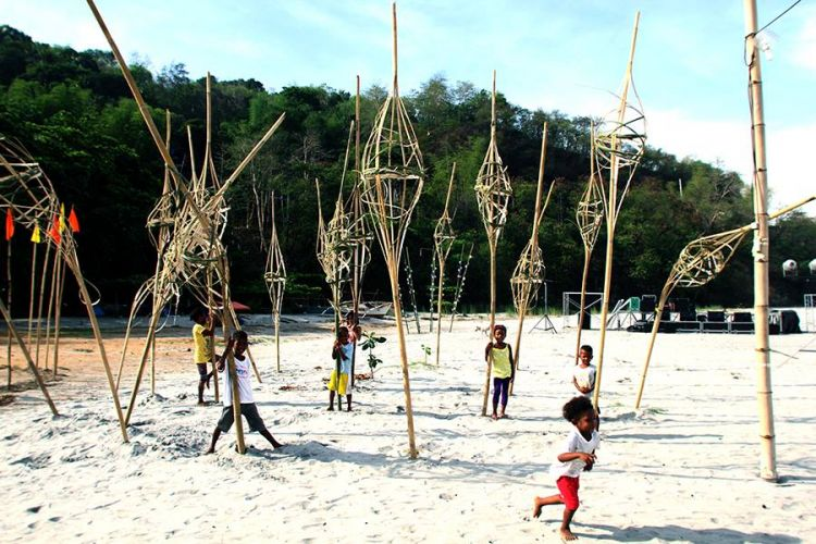 Children had fun with the playful art installations created right there on the beach by Manila artist Sonny A Balanga